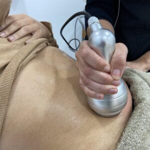 Imagen de un tratamiento de cavitación que sirve para eliminar los michelines con ultrasonido.
